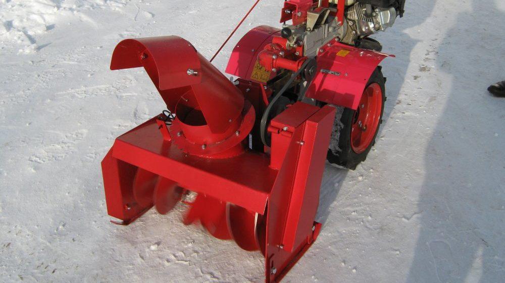 Мотоблок со снегоуборочной насадкой